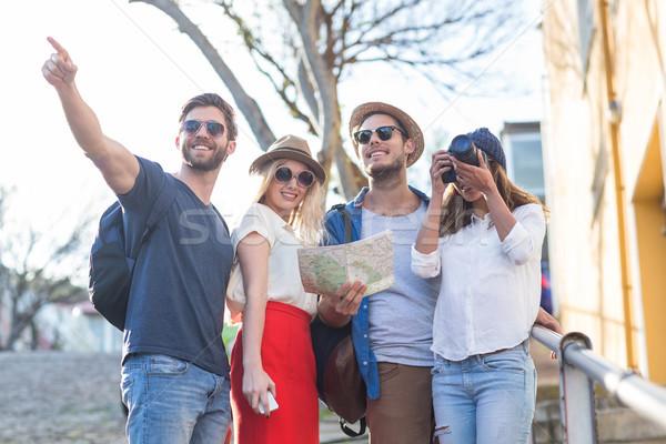Cadera amigos lectura mapa toma fotos Foto stock © wavebreak_media