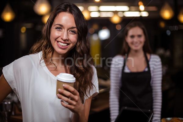 Gülümseyen kadın tek kullanımlık fincan bar iş Stok fotoğraf © wavebreak_media