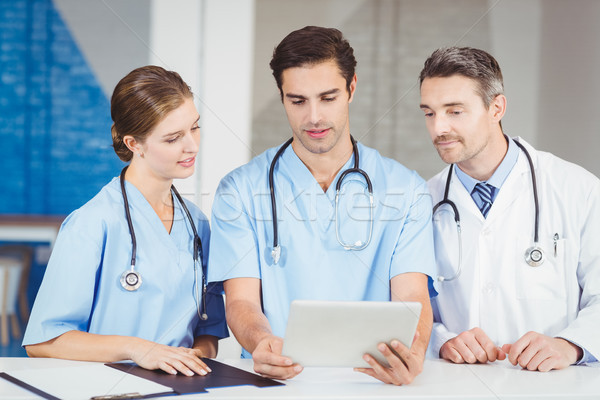 врач коллеги цифровой таблетка Постоянный столе Сток-фото © wavebreak_media