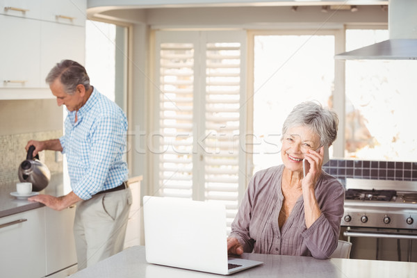 старший женщину говорить мобильного телефона муж Сток-фото © wavebreak_media