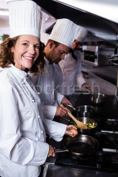 Szakács tojás konyha mosolyog étterem étel Stock fotó © wavebreak_media