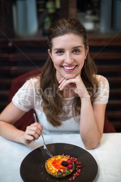 Ritratto felice donna crostata tavola Foto d'archivio © wavebreak_media