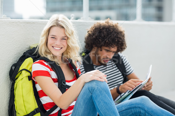 Gyönyörű nő mosolyog kamera férfi néz térkép Stock fotó © wavebreak_media