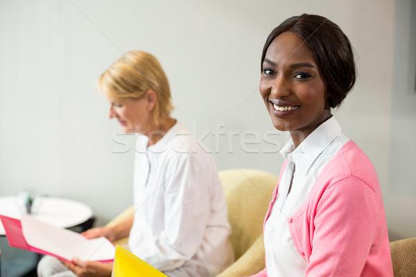 Vrouw glimlachen camera collega lezing document portret Stockfoto © wavebreak_media