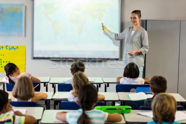 Leraar onderwijs schoolkinderen projector scherm vrouwelijke Stockfoto © wavebreak_media