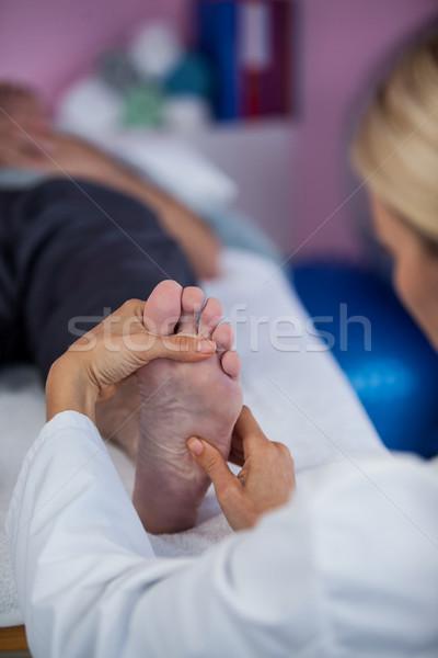 Pie masaje paciente clínica mujer viejo Foto stock © wavebreak_media