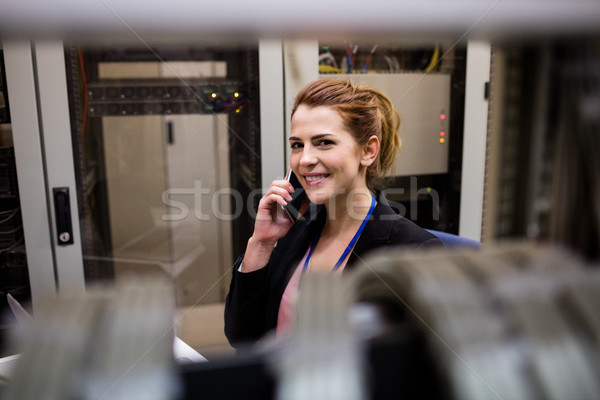 техник говорить мобильного телефона сервер комнату рабочих Сток-фото © wavebreak_media