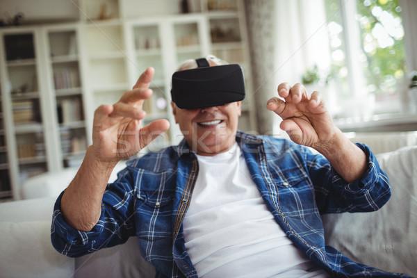 Senior uomo indossare virtuale occhiali home Foto d'archivio © wavebreak_media