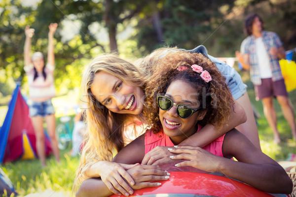 Portré barátok dől strandlabda táborhely napos idő Stock fotó © wavebreak_media