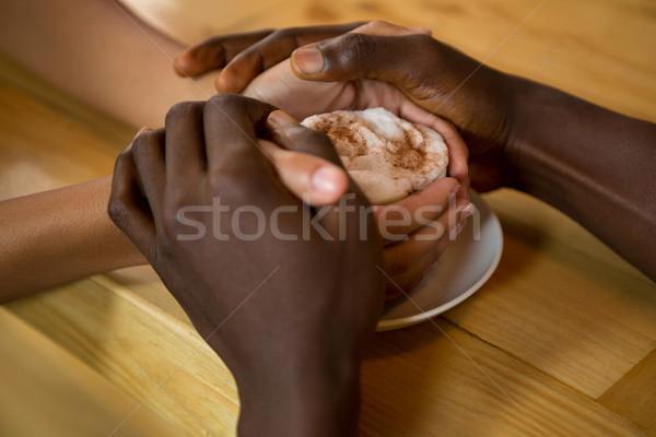 Casal de mãos dadas xícara de café café amor carne Foto stock © wavebreak_media