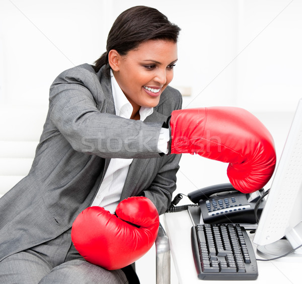 Stockfoto: Jonge · zakenvrouw · bokshandschoenen · computer · kantoor