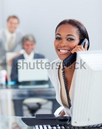Charismatische zakenvrouw telefoon werken computer kantoor Stockfoto © wavebreak_media
