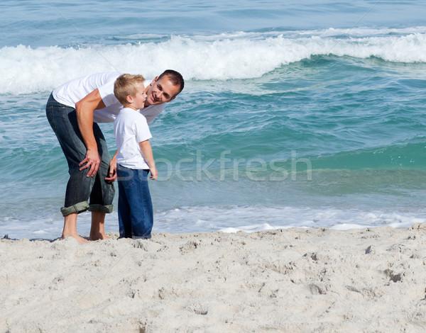 Attentif père en fils plage homme heureux Photo stock © wavebreak_media