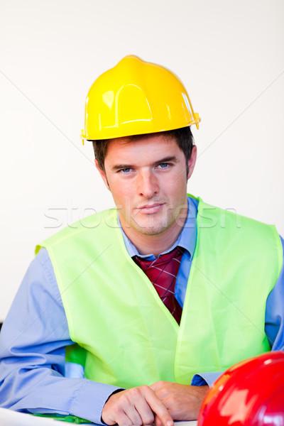Komoly férfi védősisak néz kamera kék Stock fotó © wavebreak_media
