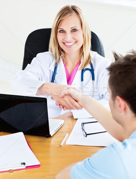 Gülen doktor el sıkışmak hasta çalışmak tıbbi Stok fotoğraf © wavebreak_media