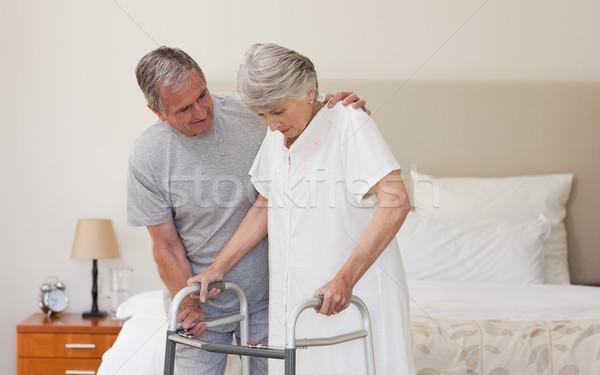 Man helpen vrouw lopen huis achtergrond Stockfoto © wavebreak_media