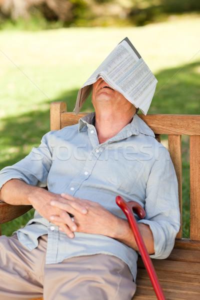 Supérieurs homme dormir banc journal jardin Photo stock © wavebreak_media