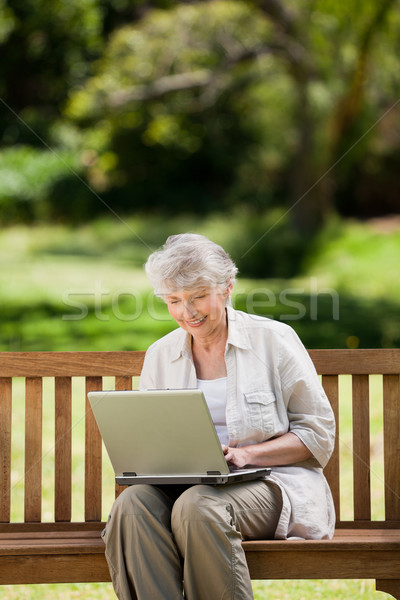 Mulher madura trabalhando laptop banco amor trabalhar Foto stock © wavebreak_media