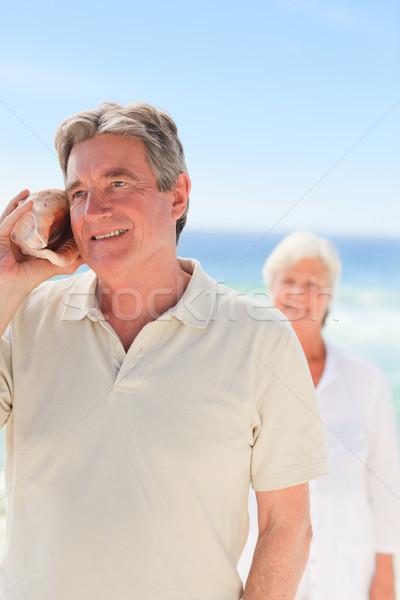 Férfi hallgat kagyló feleség mögött nő Stock fotó © wavebreak_media