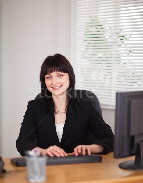 Bonne recherche brunette femme travail ordinateur séance Photo stock © wavebreak_media