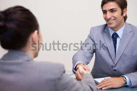 Zdjęcia stock: Młodych · posiedzenia · tabeli · drżenie · rąk · działalności