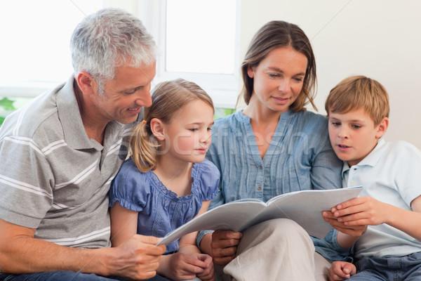 Aile okuma kitap birlikte oturma odası sevmek Stok fotoğraf © wavebreak_media