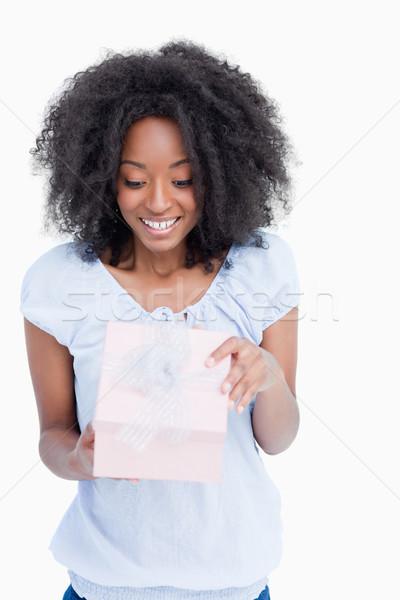 Heureux jeune femme ouverture anniversaire cadeau blanche Photo stock © wavebreak_media