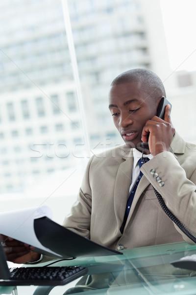 Portrait sérieux entrepreneur coup de téléphone lecture Photo stock © wavebreak_media