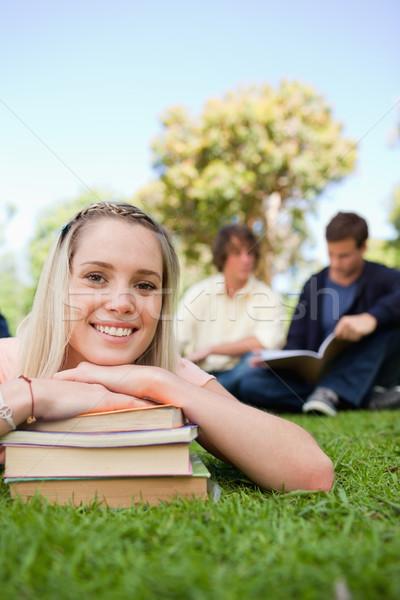 Közelkép lány fej könyvek park barátok Stock fotó © wavebreak_media
