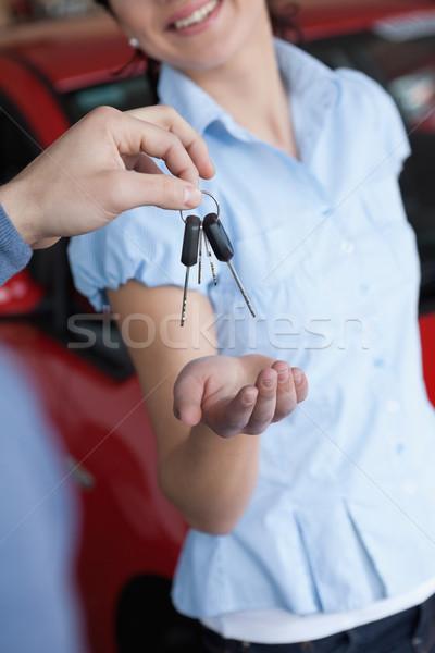 Mujer sonriente las llaves del coche coche tienda carretera feliz Foto stock © wavebreak_media