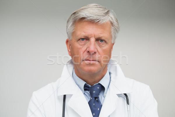 Maturo medico guardando grave indossare camice da laboratorio Foto d'archivio © wavebreak_media