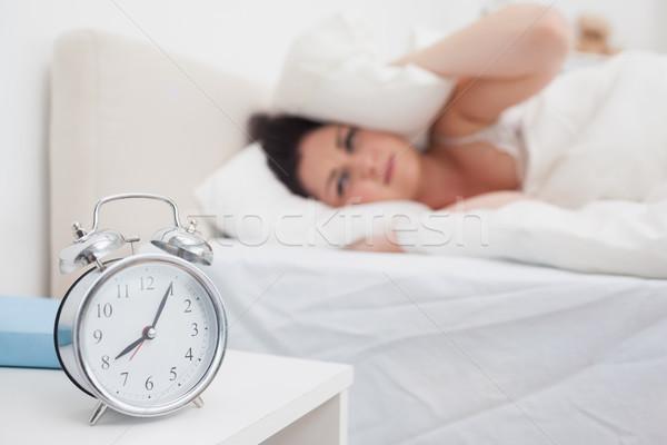 Kobieta kłosie poduszkę budzik pierścienie sypialni Zdjęcia stock © wavebreak_media