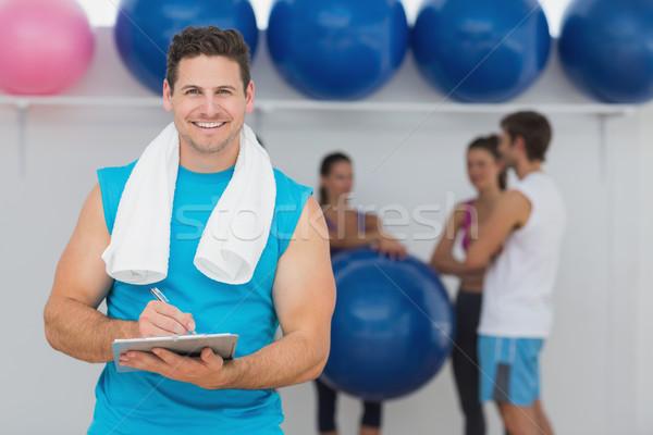 Männlich Ausbilder halten Zwischenablage Fitness Klasse Stock foto © wavebreak_media