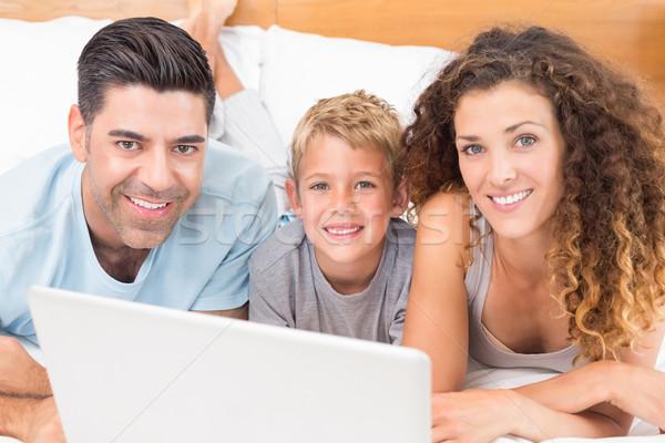 Stok fotoğraf: Mutlu · genç · aile · dizüstü · bilgisayar · kullanıyorsanız · birlikte · yatak