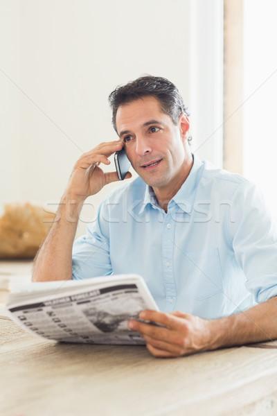 Toevallig man krant mobieltje keuken home Stockfoto © wavebreak_media