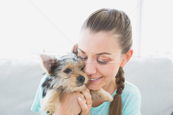 Glimlachende vrouw knuffelen yorkshire terriër puppy home Stockfoto © wavebreak_media
