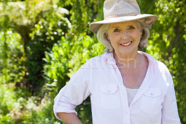 Sorridente mulher madura parque retrato árvores idoso Foto stock © wavebreak_media