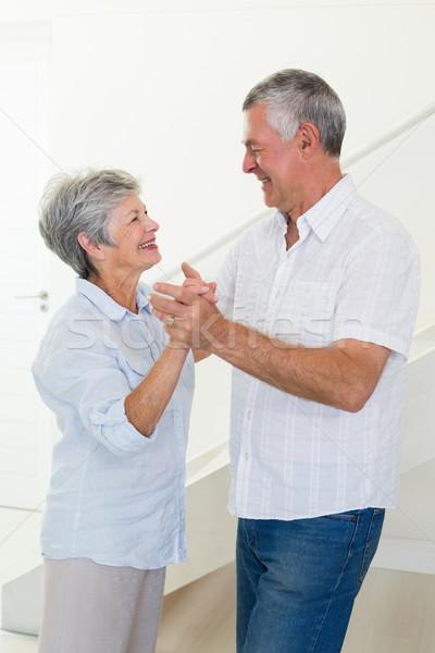 Feliz casal de idosos dança juntos casa sala de estar Foto stock © wavebreak_media