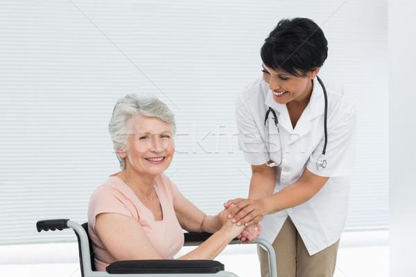 Médico hablar altos paciente silla de ruedas femenino Foto stock © wavebreak_media
