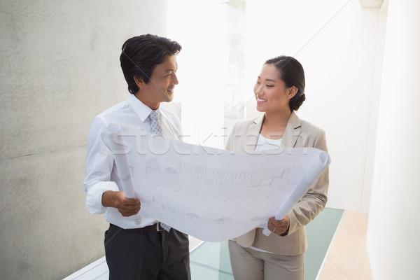 Agente immobiliare guardando blueprint potenziale acquirente corridoio Foto d'archivio © wavebreak_media
