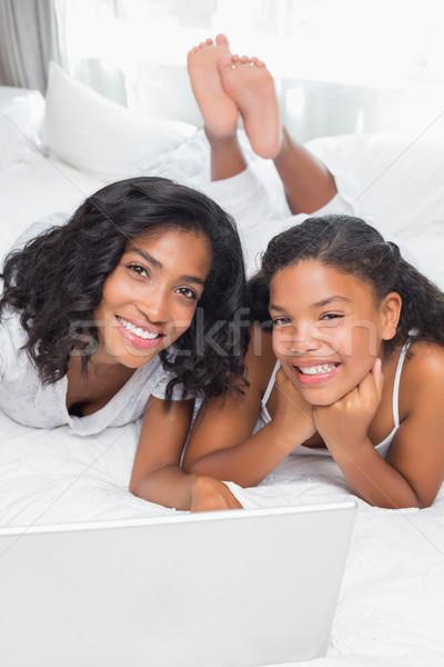 Stok fotoğraf: Gülen · anne · kız · dizüstü · bilgisayar · kullanıyorsanız · birlikte · yatak