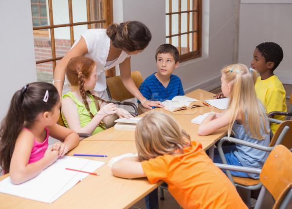 Csinos tanár áll iskolás asztal általános iskola Stock fotó © wavebreak_media