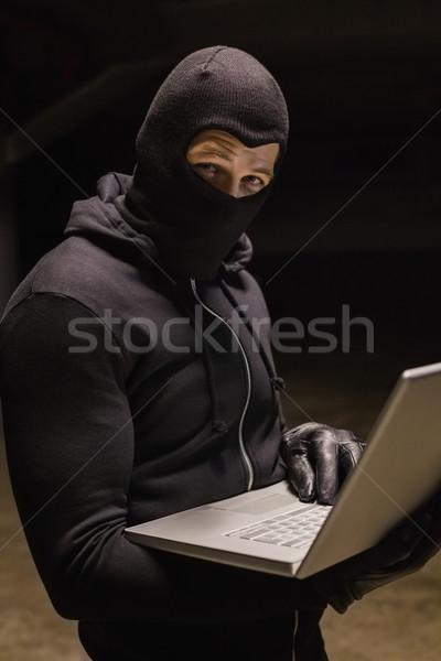 Ladrón pie portátil mirando cámara Foto stock © wavebreak_media