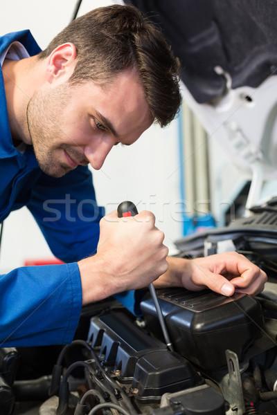 Mécanicien tournevis moteur réparation garage Ouvrir la Photo stock © wavebreak_media