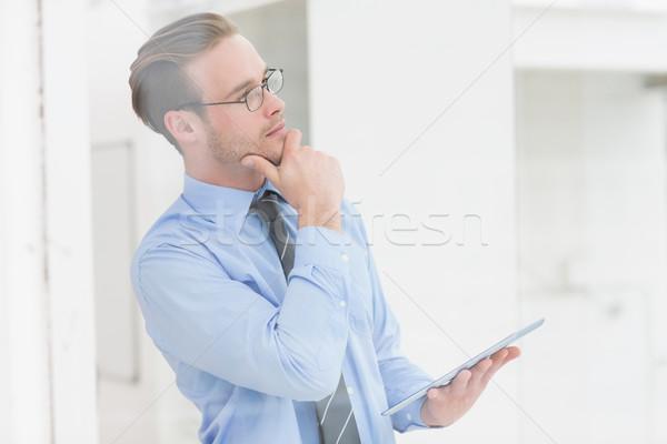 Nadenkend zakenman hand kin tablet Stockfoto © wavebreak_media