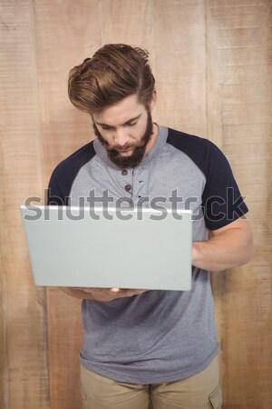 Uomo indossare occhiali da sole l'hacking laptop ombra Foto d'archivio © wavebreak_media