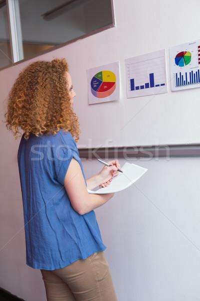 étudiant prendre des notes regarder graphiques collège école Photo stock © wavebreak_media