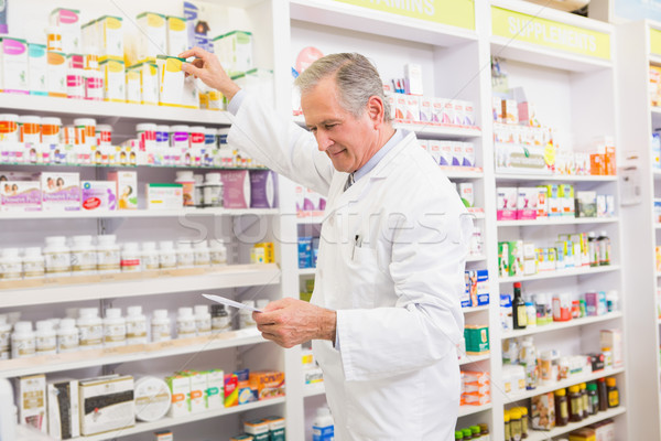 Farmacêutico medicina prateleira farmácia homem Foto stock © wavebreak_media