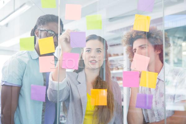Creatieve team schrijven zelfklevend merkt business team Stockfoto © wavebreak_media