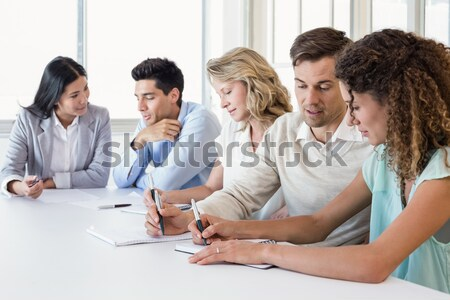 Foto stock: Casual · equipe · de · negócios · reunião · usando · laptop · escritório · mulher